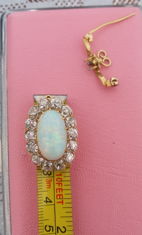 Extremely rare victorian brooch with 4.5ct cushion cut diamonds